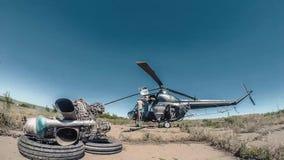 Reparación de Timelapse del helicóptero de la agricultura Los ingenieros son changind el motor almacen de metraje de vídeo