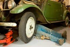 Reparación de un coche de la vendimia imagenes de archivo
