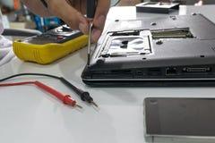 Reparación de un cuaderno Imagenes de archivo