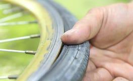 Reparación de un neumático desinflado de un neumático de la bicicleta Remendado tubo interno Fotografía de archivo
