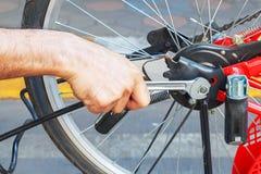 Reparación de una bicicleta Fotos de archivo