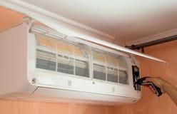 Reparación del acondicionador de aire en la pared fotografía de archivo