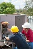 Reparación del aire acondicionado - trabajo en equipo Imagen de archivo libre de regalías