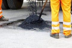 Reparación del asfalto del agujero   Imágenes de archivo libres de regalías