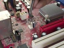 Reparación del circuito de la tarjeta del ordenador Fotografía de archivo