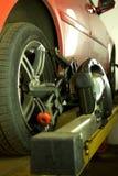 Reparación del coche en la gasolinera imágenes de archivo libres de regalías