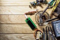 Reparación del equipo electrónico usando un soldador Imagen de archivo libre de regalías