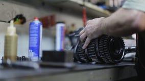 Reparación del mecánico de coche el mecanismo de la transmisión en el garaje metrajes