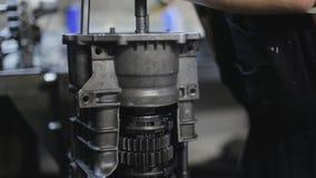 Reparación del mecánico de coche el mecanismo de la transmisión en el garaje almacen de metraje de vídeo