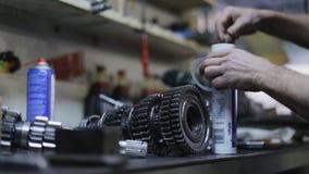 Reparación del mecánico de coche el mecanismo de la transmisión en el garaje almacen de video