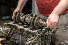 Reparación del motor de coche en el taller imágenes de archivo libres de regalías