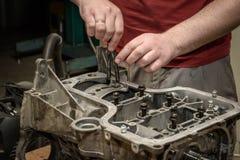 Reparación del motor de coche en el taller imagen de archivo libre de regalías