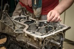 Reparación del motor de coche en el taller Fotografía de archivo