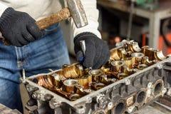 Reparación del motor de coche viejo Imágenes de archivo libres de regalías