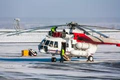 Reparación del motor del helicóptero en el delantal del aeropuerto Foto de archivo