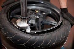 Reparación del neumático de la motocicleta Imágenes de archivo libres de regalías