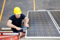 Reparación del panel solar con Copyspace Foto de archivo