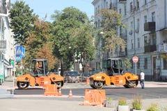 Reparación del pavimento en la ciudad Fotos de archivo