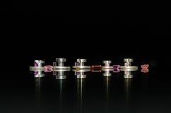 Reparación del reloj: Cinco tablas de rodillo y joyas del rodillo contra un fondo negro imagenes de archivo