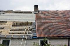 Reparación del tejado del granero viejo del pueblo Imágenes de archivo libres de regalías