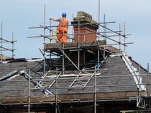 Reparación del tejado y de la chimenea fotos de archivo libres de regalías
