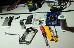 Reparación del teléfono Imágenes de archivo libres de regalías