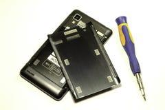 Reparación del teléfono móvil en el fondo blanco Imagen de archivo