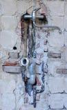 Reparación del tubo de agua en casa fotos de archivo