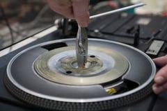 Reparación del viejo jugador de disco de vinilo de la placa giratoria del vintage Foto de archivo libre de regalías