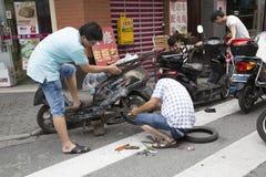 Reparación eléctrica de la motocicleta Imágenes de archivo libres de regalías