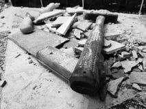 Reparación - el edificio con las herramientas martilla, almádena, cuchilla y un cuchillo con los cascos de la teja foto de archivo libre de regalías