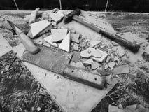 Reparación - el edificio con las herramientas martilla, almádena, cuchilla y un cuchillo con los cascos de la teja fotos de archivo libres de regalías