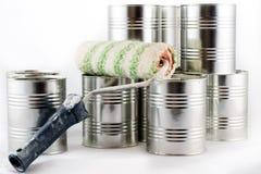 Reparación, pintura y brochas y latas de la pintura en una ISO blanca Fotos de archivo