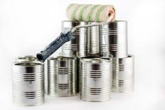 Reparación, pintura y brochas y latas de la pintura en una ISO blanca Foto de archivo