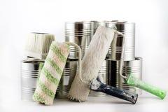 Reparación, pintura y brochas y latas de la pintura en una ISO blanca Imágenes de archivo libres de regalías