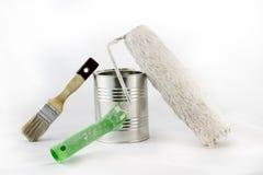 Reparación, pintura y brochas y latas de la pintura en una ISO blanca Imagen de archivo