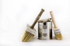 Reparación, pintura y brochas y latas de la pintura en una ISO blanca Fotografía de archivo