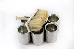 Reparación, pintura y brochas y latas de la pintura en una ISO blanca Imagenes de archivo
