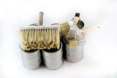 Reparación, pintura y brochas y latas de la pintura en una ISO blanca Fotografía de archivo libre de regalías