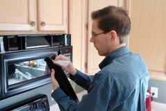 Reparación práctica del hogar del hombre Fotos de archivo libres de regalías