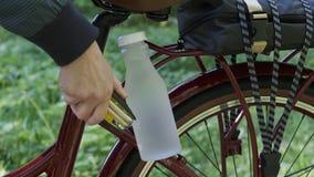 Reparaci?n y mantenimiento de bicicletas en condiciones de camino metrajes