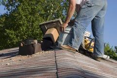 Reparación de la chimenea de la azotea, arreglo casero de la casa del mantenimiento Imagen de archivo