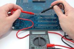 Reparación de la tarjeta de circuitos de ordenador Imagen de archivo libre de regalías
