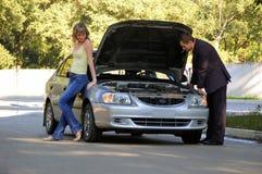 Reparación del coche quebrado Fotos de archivo libres de regalías