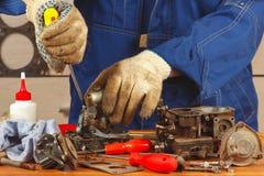 Reparación del motor de coche de las piezas en taller Fotos de archivo libres de regalías