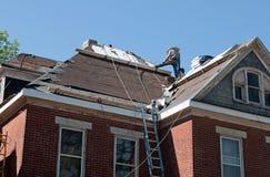 Reparación del tejado en casa histórica Foto de archivo libre de regalías