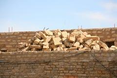Reparación y reconstrucción de las paredes de una fortaleza Imagen de archivo libre de regalías