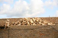 Reparación y reconstrucción de las paredes de una fortaleza Imágenes de archivo libres de regalías