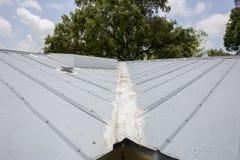 Reparaciones del tejado del metal Foto de archivo