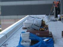 Reparaciones del tejado en un tejado del anuncio publicitario de TPO Imágenes de archivo libres de regalías